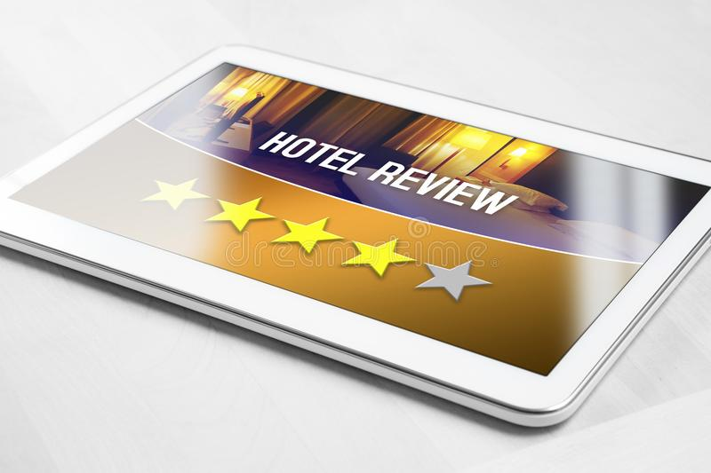 Bon examen d'hôtel de client satisfaisant et heureux photographie stock