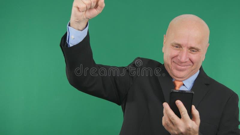 Bon faire des gestes de nouvelles financières d'homme d'affaires de téléphone sûr d'Image Read Cell heureux image libre de droits