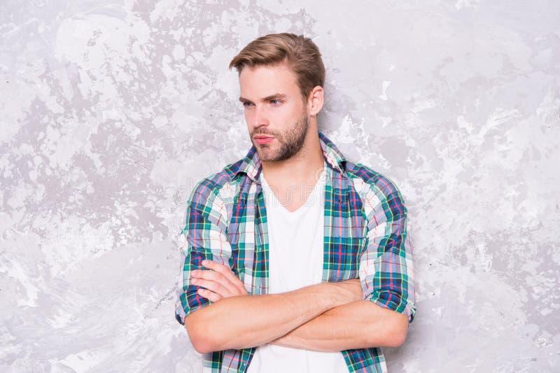 Bon homme difficile à trouver sensualité masculine sexy style décontracté Mur de machos tendance estivale de la mode masculine photo stock