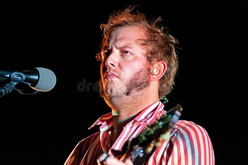 Bon Iver (amerikansk indie folkmusikband som grundas i 2007 av sångare-låtskrivaren Justin Vernon) utför på Poble Espanyol fotografering för bildbyråer