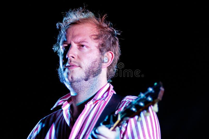 Bon Iver (amerikansk indie folkmusikband som grundas i 2007 av sångare-låtskrivaren Justin Vernon) utför på Poble Espanyol royaltyfria bilder