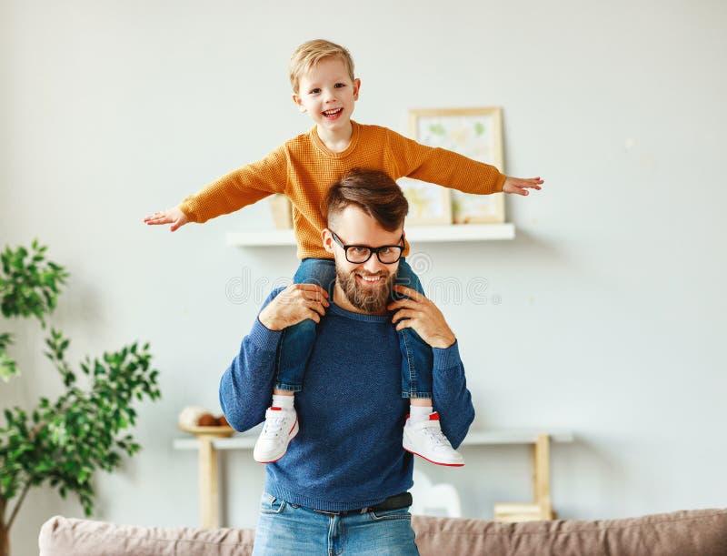Bon père et fils s'amusant à la maison photographie stock libre de droits