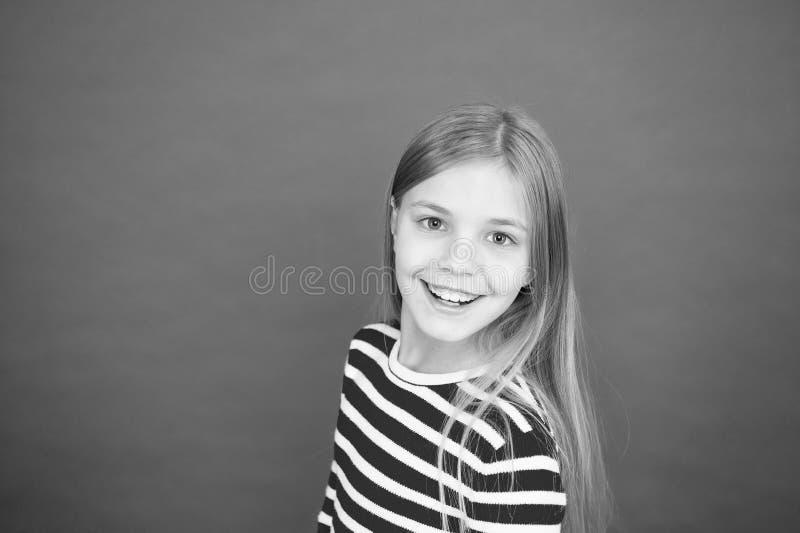 Bon parenting Garde d'enfants Famille et amour Le jour des enfants heureux petite fille sur le fond rouge petit enfant de fille image libre de droits
