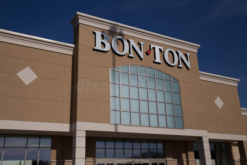 Bon-Ton Sign en la ubicación de la tienda al por menor exterior cerca de la entrada fotografía de archivo