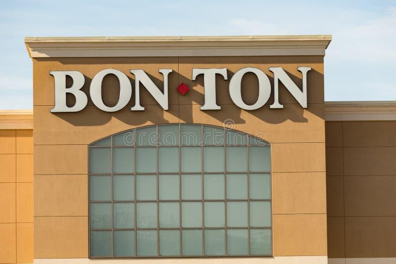 Bon-Ton Sign sur l'emplacement extérieur de magasin de détail images libres de droits