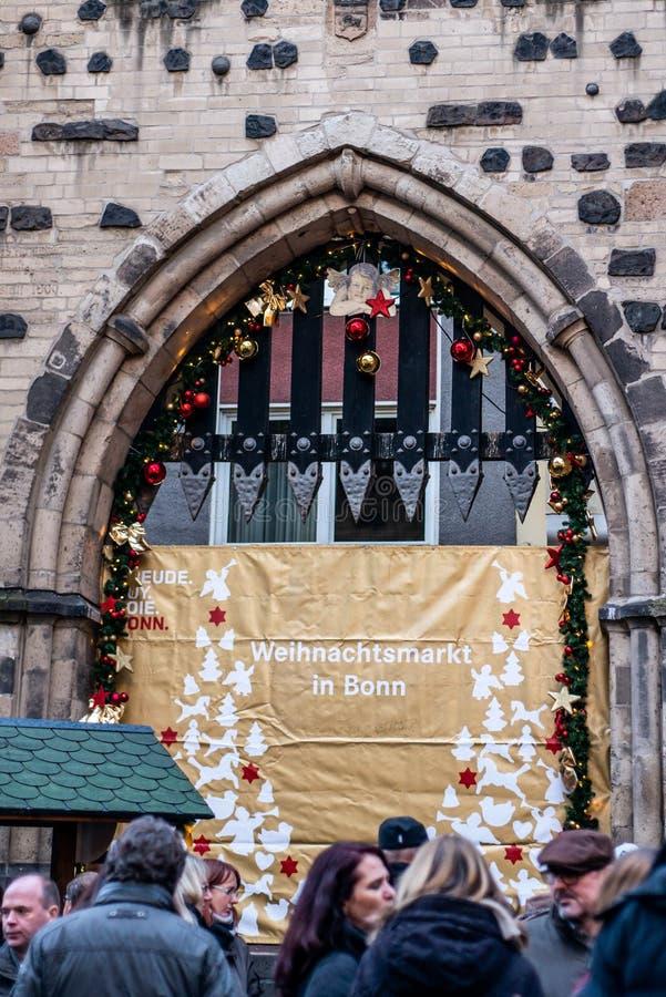 BONA, ALEMANHA 17 12 2017 decoraram o sinal na entrada do mercado do Natal em Bona, Alemanha imagens de stock