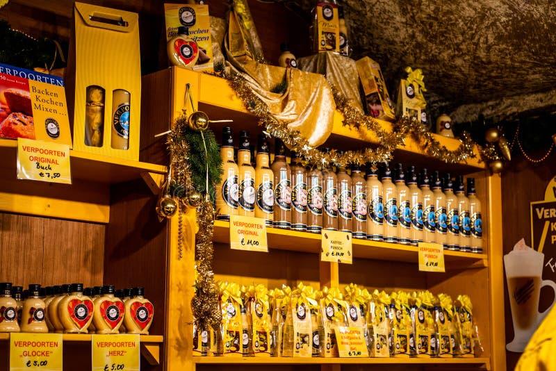 Bona Alemanha 17 12 2017 famosos verpoorten o liquour caseiro do ovo vendido em um mercado tradicional do Natal fotografia de stock