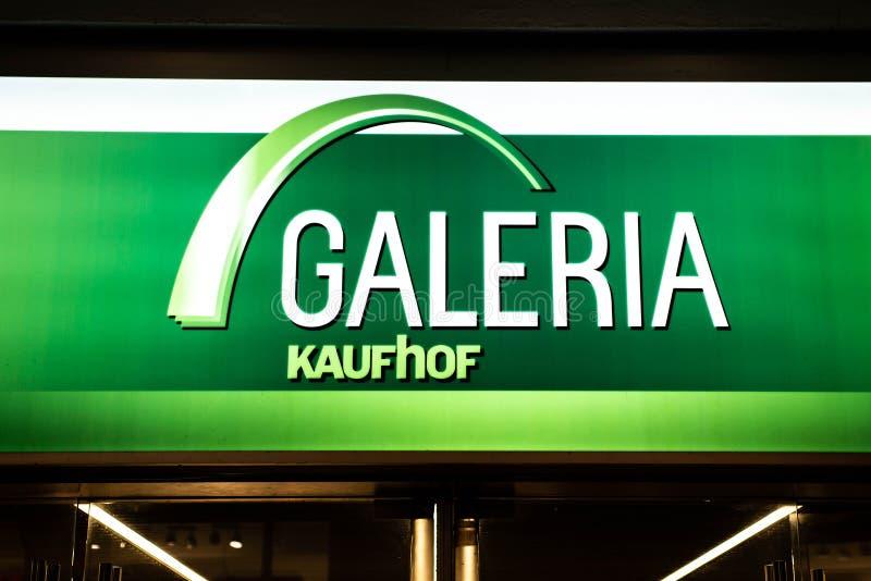 BONA, ALEMANHA 17 12 Logotipo 2017 da empresa acima da entrada da loja de Galeria Kaufhof uma corrente alemão do armazém imagens de stock royalty free
