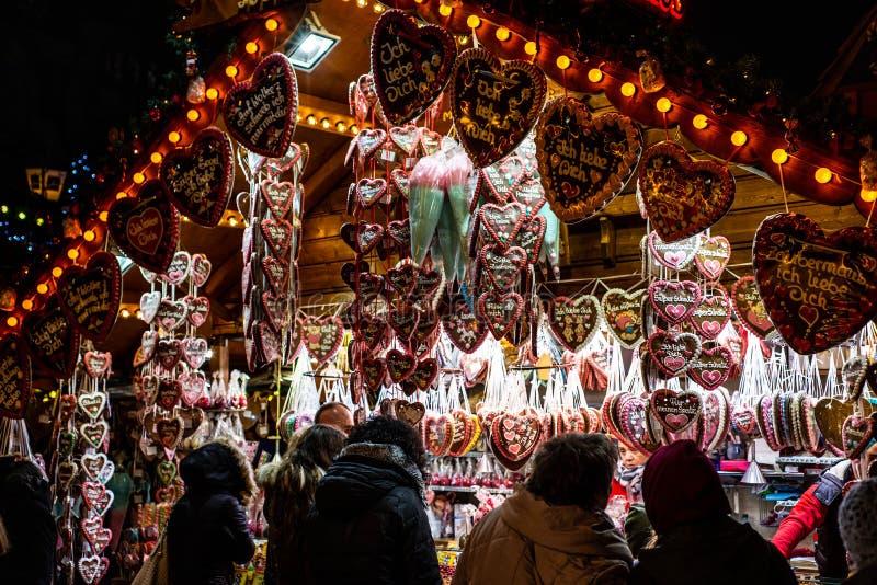 Bona Alemanha 17 12 Mercado 2017 do Natal da cidade velha de Koblenz que vende doces e o pão-de-espécie tradicionais imagens de stock royalty free