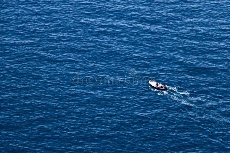 Bonassola n?ra Cinque Terre, Liguria 03/31/2019 En fiskeb?t i det bl?a havet n?ra de fem l?nderna fotografering för bildbyråer