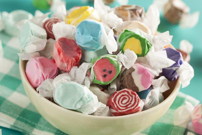 Bonbon au caramel doux assorti à eau de mer photo stock