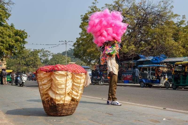 Bonbon au caramel et jouets de transport à sucrerie de coton de bonbons à vendeur sur la rue à Jaipur Rajasthan l'Inde photos stock