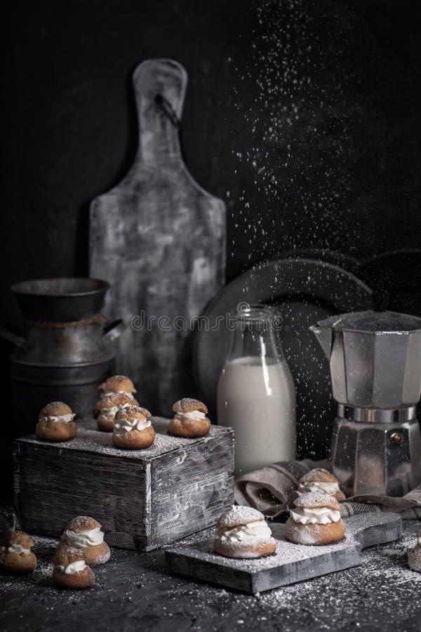 Bonbon backt mit Milch zusammen stockbilder