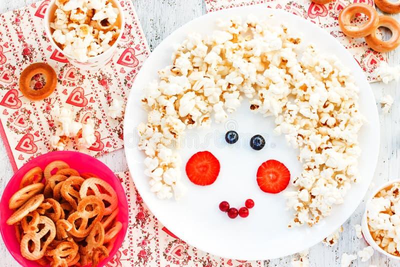 Bonbon behandelt für Kinder - Popcornbrezel-Bagelplätzchen Gesicht stockfoto