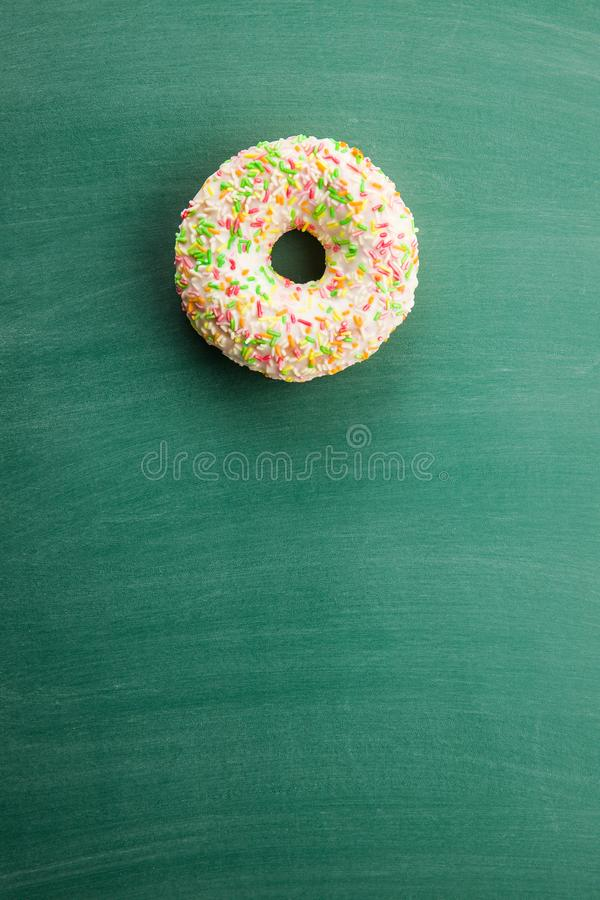 Bonbon besprühter Donut lizenzfreie stockfotos