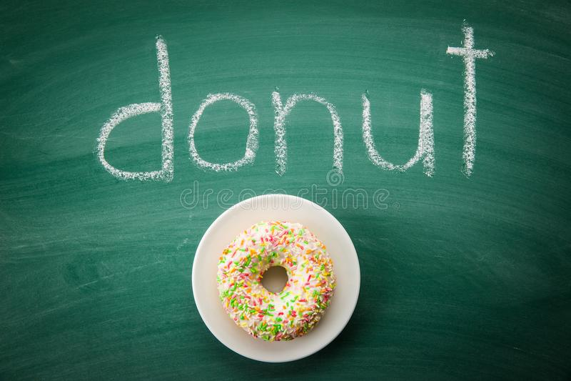 Bonbon besprühter Donut lizenzfreie stockbilder