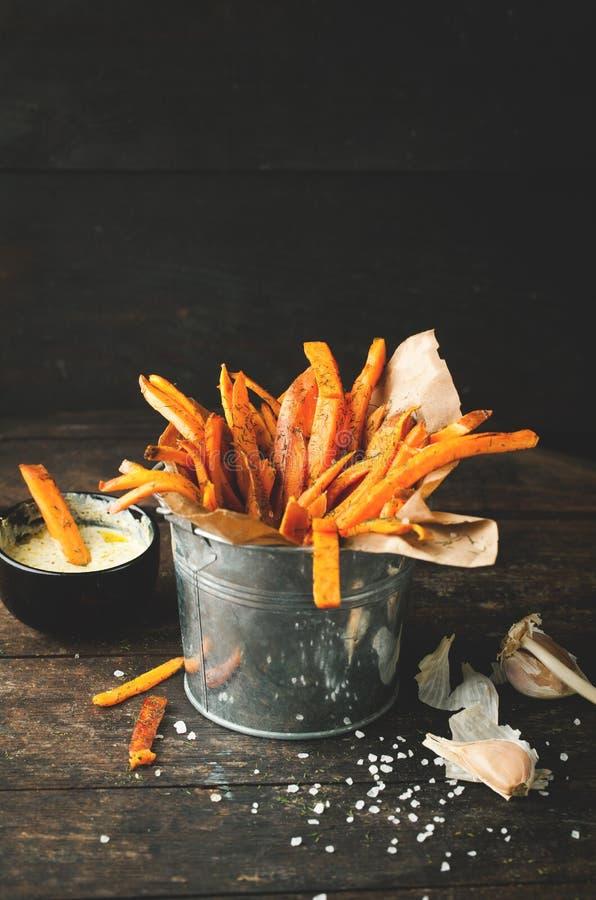 Bonbon briet Kartoffeln mit Gewürzen, Salz und Soße lizenzfreie stockbilder