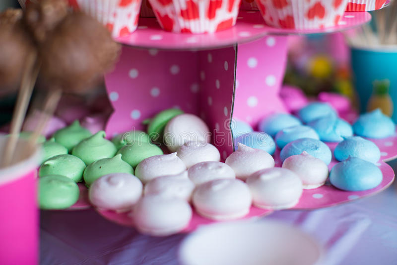 Bonbon farbige Meringen, Popcorn, Vanillepudding backt zusammen stockfotografie