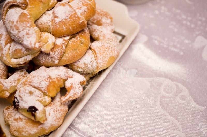 Bonbon gebackene Halbmonde mit Stau lizenzfreies stockfoto
