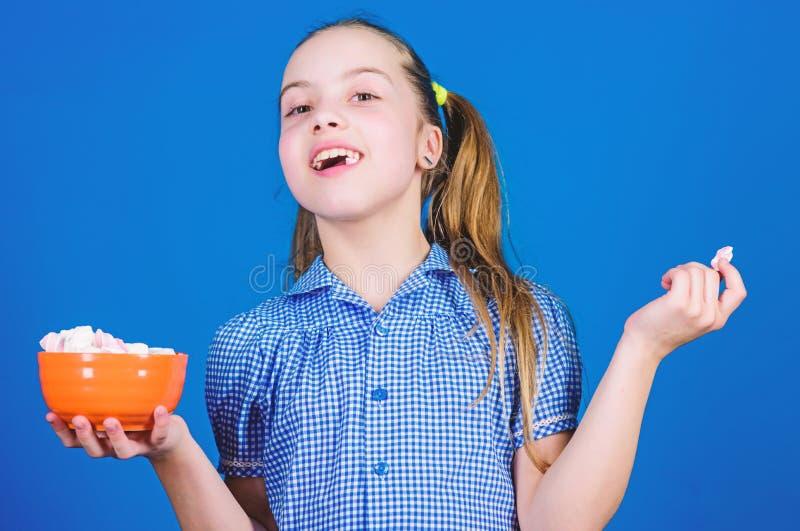 bonbon gl?ckliche kleines Kinderliebesbonbons und -festlichkeiten Kleines M?dchen essen Eibisch N?hren und Kalorie Schleckermaulk lizenzfreie stockfotos