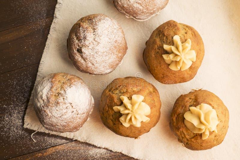 Bonbon, petits gâteaux luxuriants avec de la crème et époussetés avec du sucre en poudre image stock