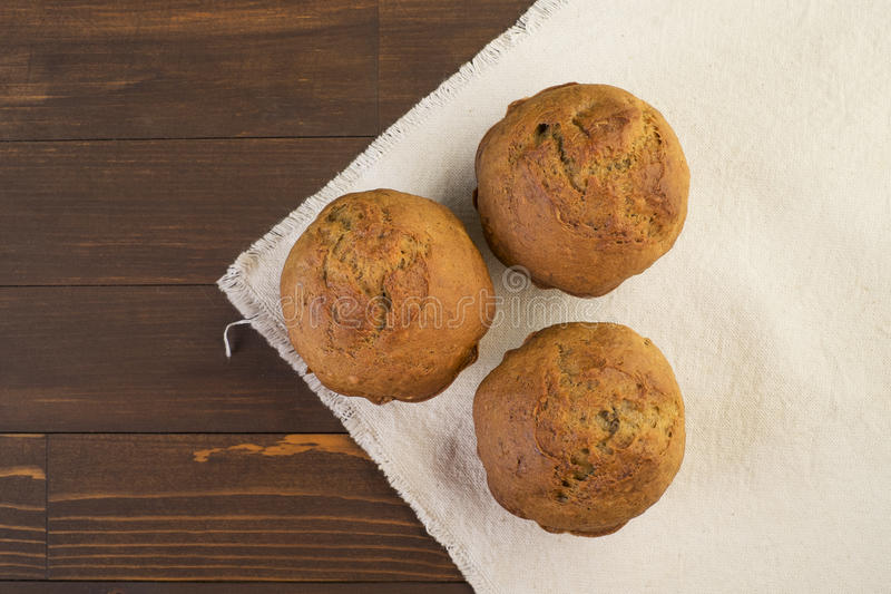 Bonbon, petits gâteaux luxuriants sur le tissu blanc image stock