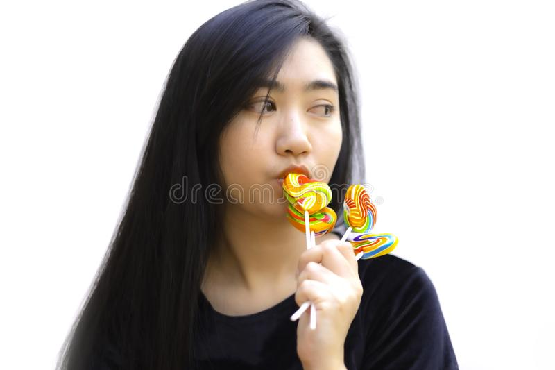 Bonbonsüßigkeitsherzform-Farbvolle in der Hand Frauen auf unscharfem Hintergrund, gesetzte Süßigkeit von Farbregenbogenlutschern, stockfoto