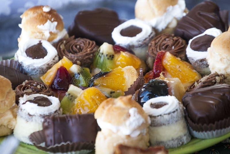 Bonbonsüßigkeitsschokoladen und -früchte stockbild