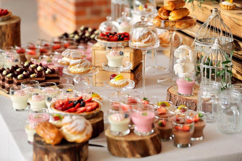 Bonbons à restauration, plan rapproché de divers genres de pâtisserie de fruit la veille images libres de droits