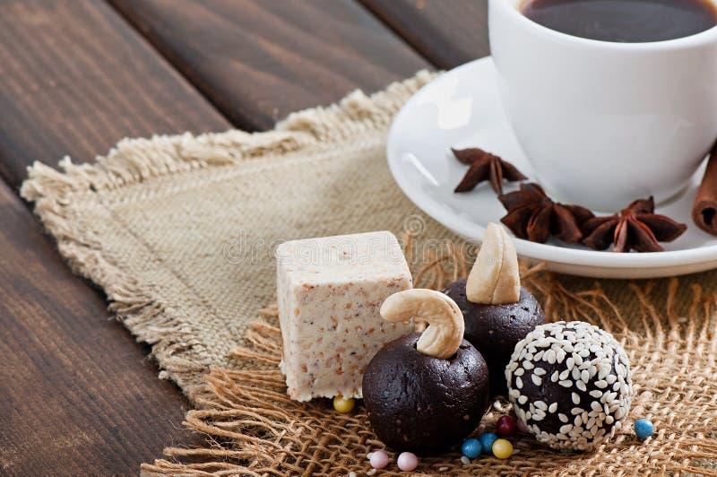 Bonbons à sésame de chocolat et café aromatique avec des épices images libres de droits