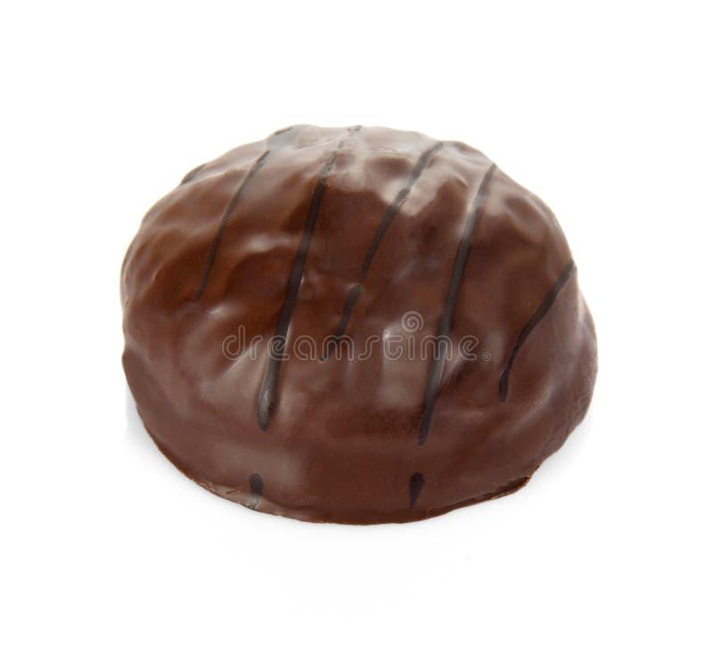 Bonbons au chocolat avec le remplissage de praline d'isolement sur le blanc images stock