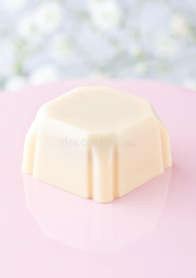 Bonbons au chocolat blancs carrés de luxe de plat rose photo libre de droits