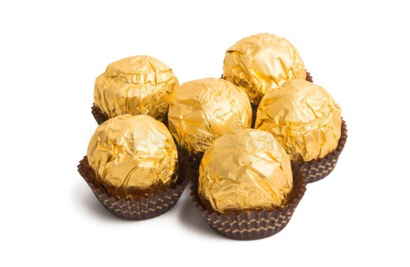 bonbons au chocolat dans l'aluminium d'or d'isolement image libre de droits