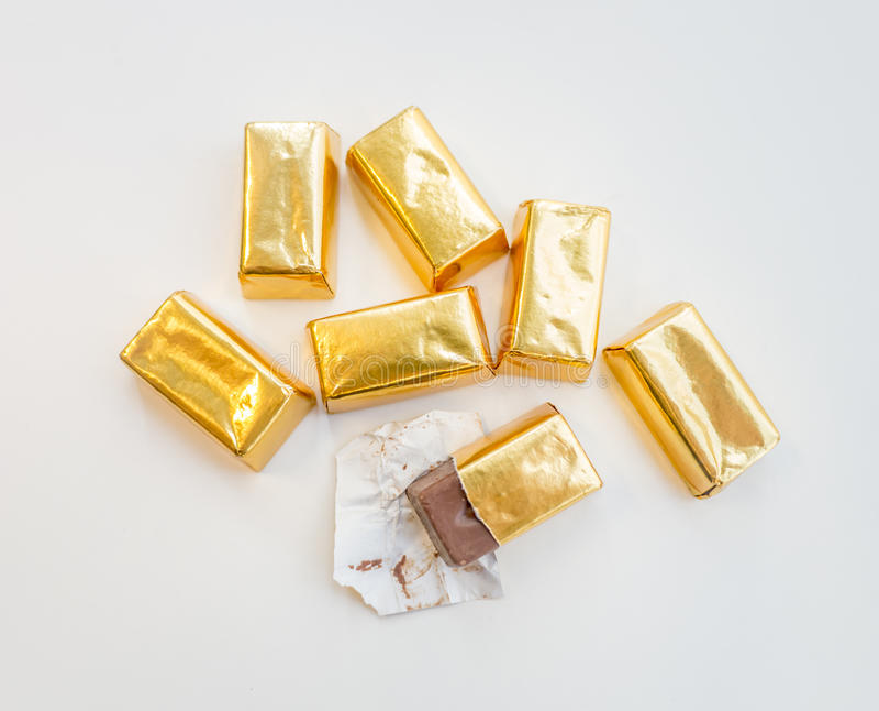 Bonbons au chocolat dans l'enveloppe d'or photographie stock libre de droits