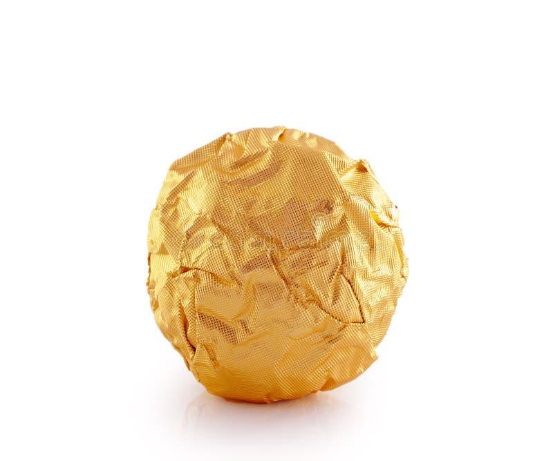 Bonbons au chocolat doux enveloppés dans l'aluminium d'or photographie stock