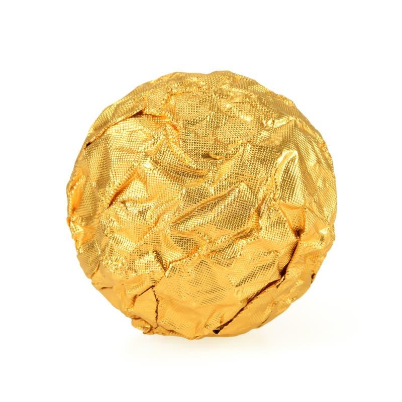 Bonbons au chocolat doux enveloppés dans l'aluminium d'or d'isolement sur b blanc image stock