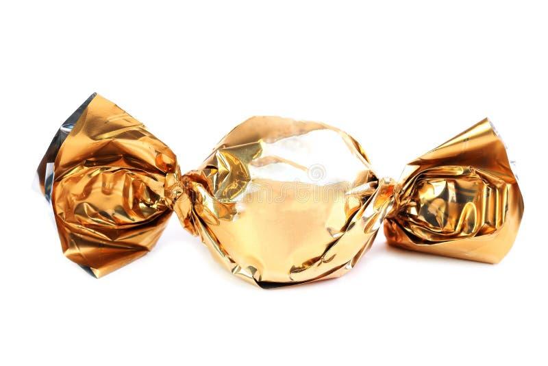 Bonbons au chocolat en emballage d'or photographie stock