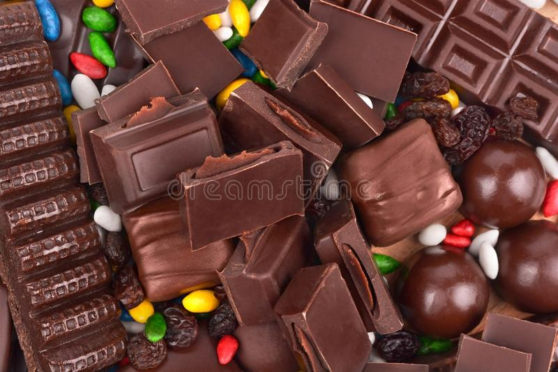 Bonbons au chocolat et chocolat de noir sur la table photos stock