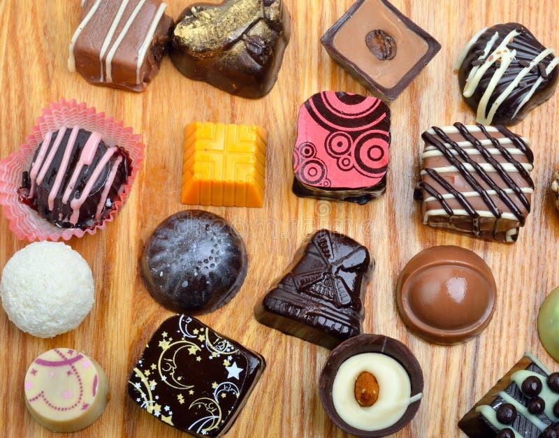 Bonbons au chocolat faits main à chocolat belge dans différentes formes photo stock