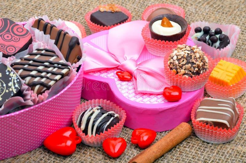 Bonbons au chocolat faits main à chocolat belge dans différentes formes images stock