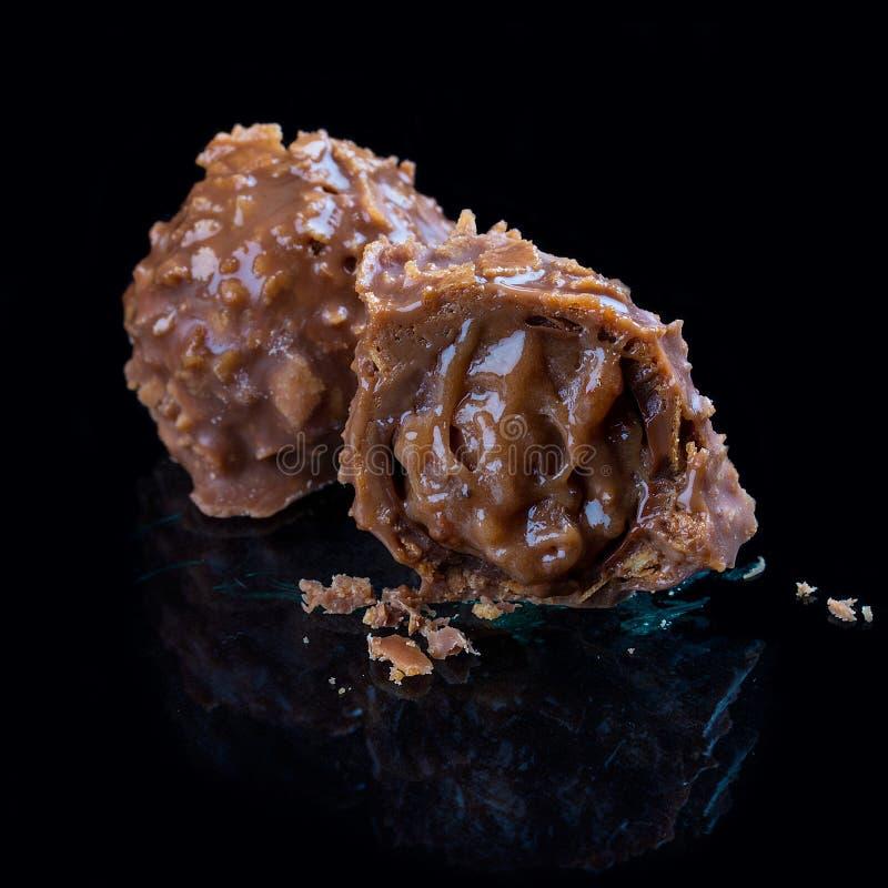 Bonbons au chocolat, faits main Avec un caramel de banane dans un lustre de gaufre photos stock