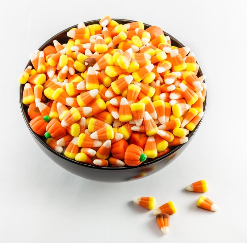 Bonbons au maïs dans une cuvette images libres de droits