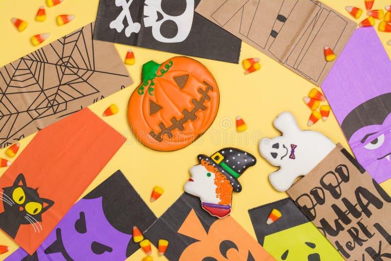 Bonbons au maïs et biscuits à Halloween photos stock