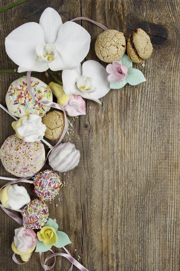Bonbons auf hölzernem Hintergrund lizenzfreie stockfotografie
