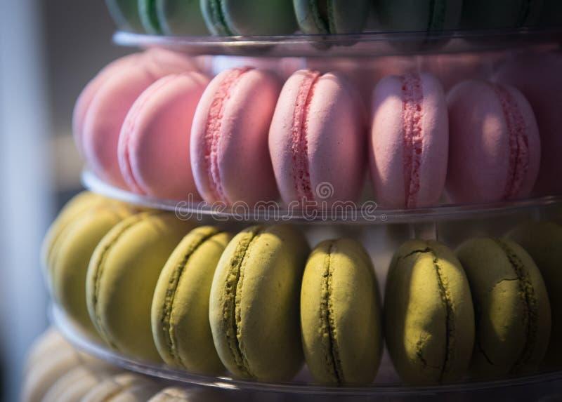 Bonbons délicieux colorés frais à macaron photos stock