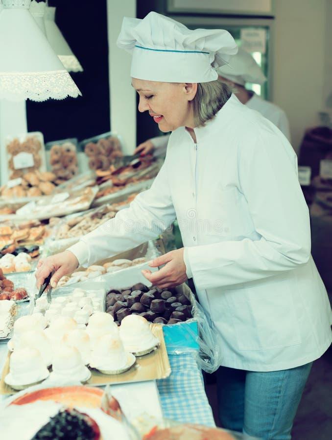 Bonbons de offre à vendeur féminin amical photo libre de droits