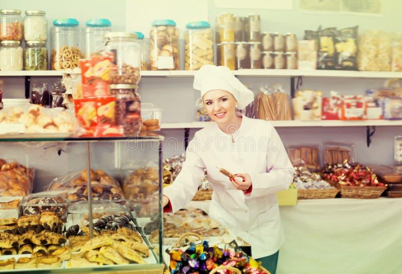 Bonbons de offre à vendeuse heureuse de femme images stock