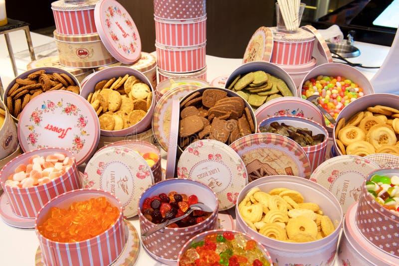 Bonbons et biscuits dans des boîtes roses image libre de droits