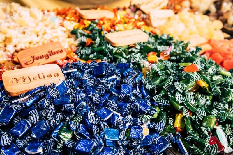 Bonbons et sucreries colorés à sucre sur le marché photo libre de droits