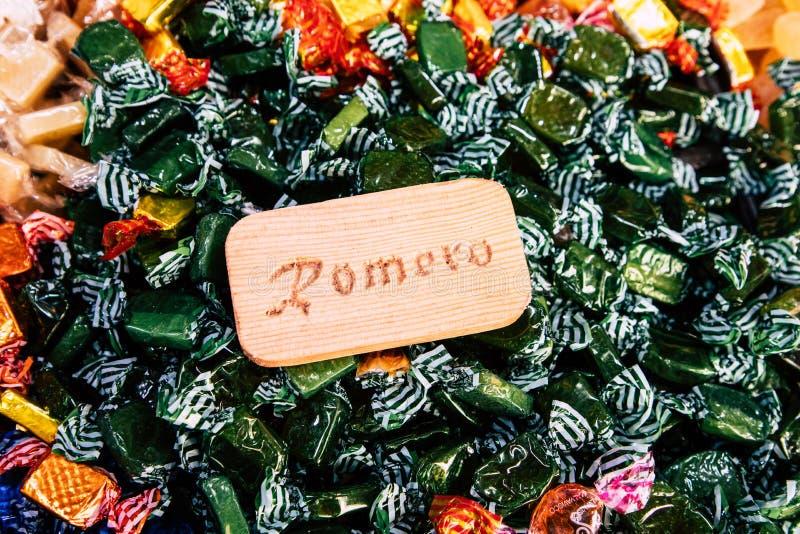 Bonbons et sucreries colorés à sucre sur le marché images stock